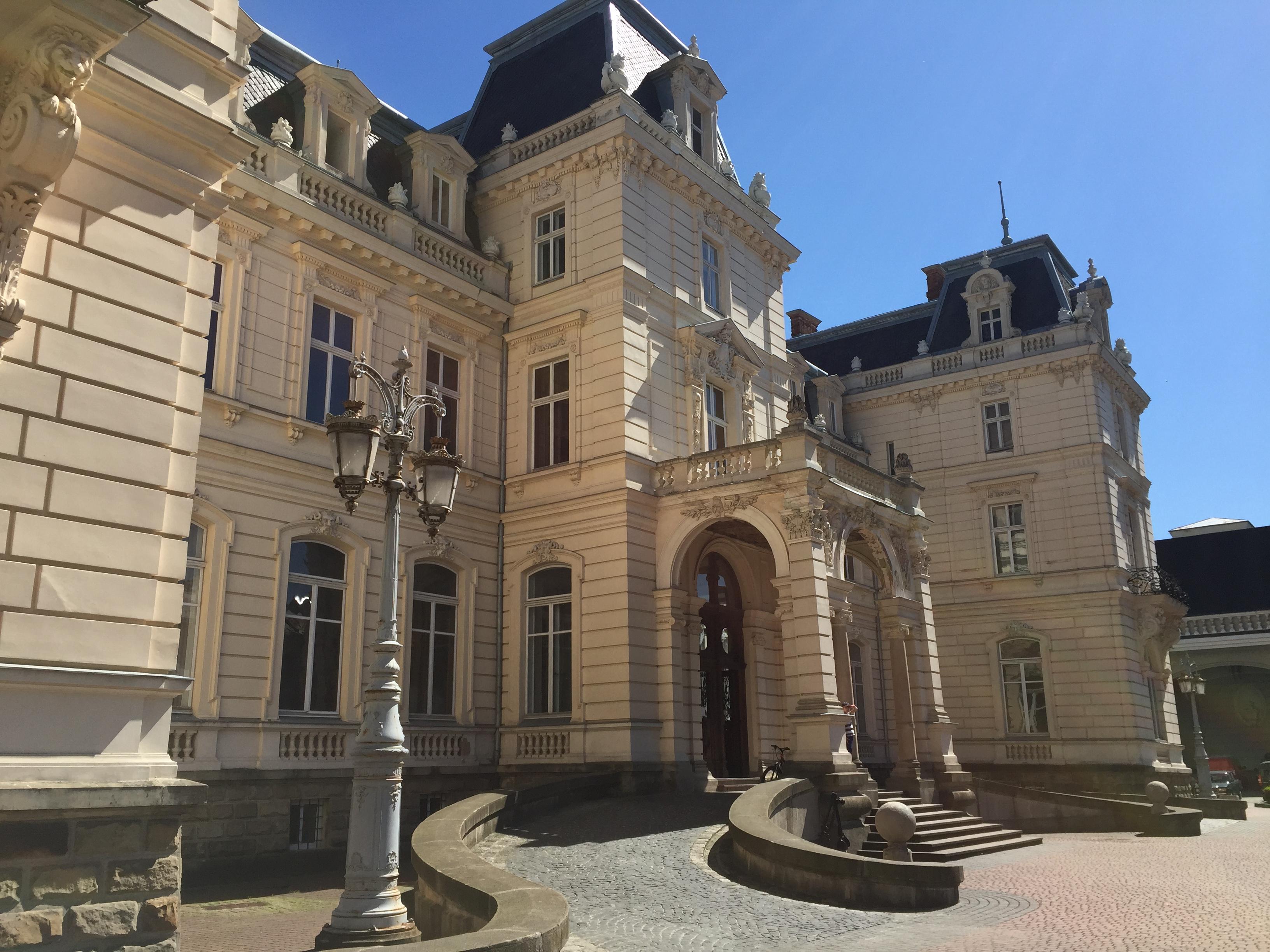 Дворец Потоцких во Львове и парк миниатюр замков Украины