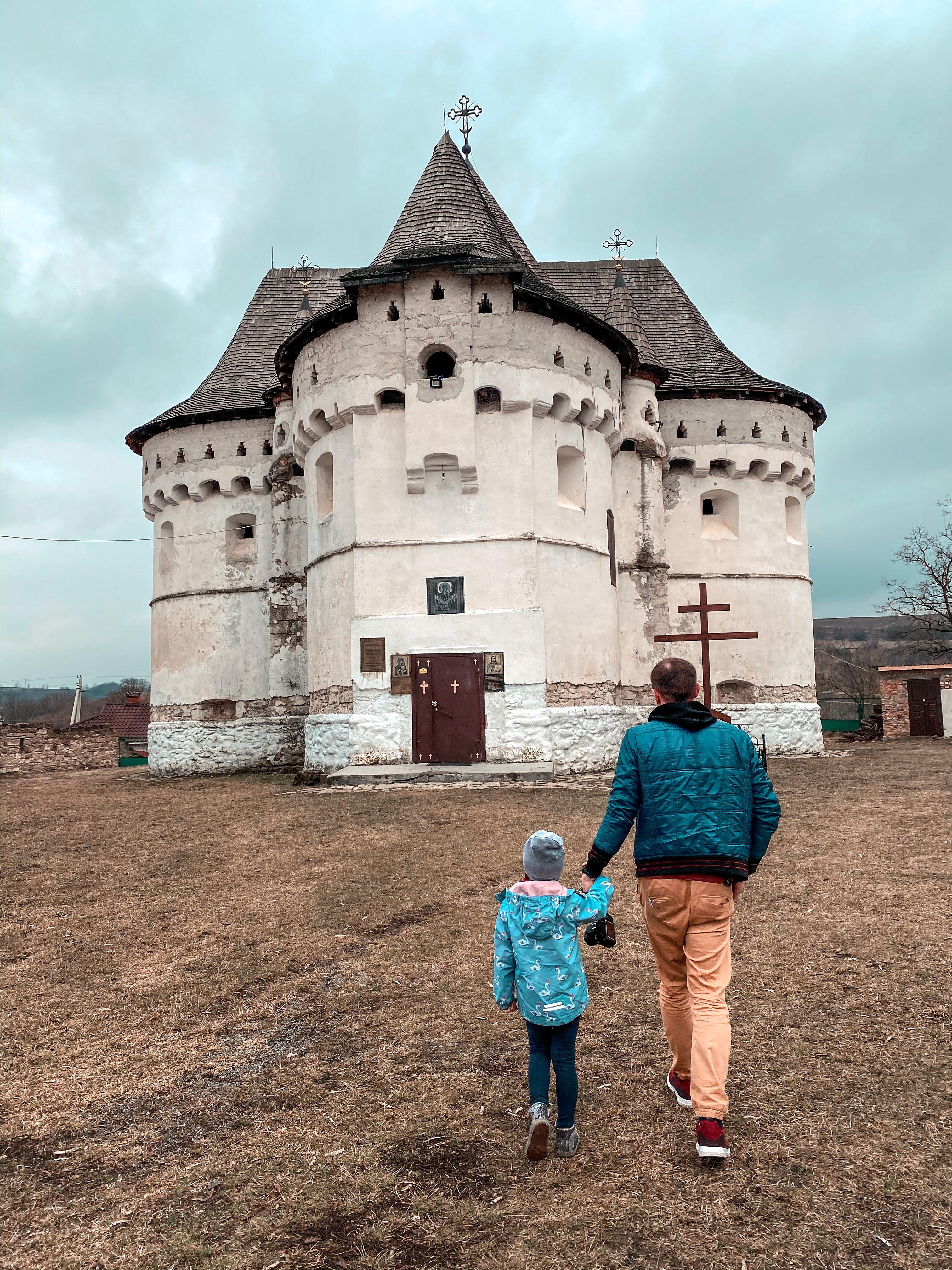 покровська оборонна церква в селі сутківці