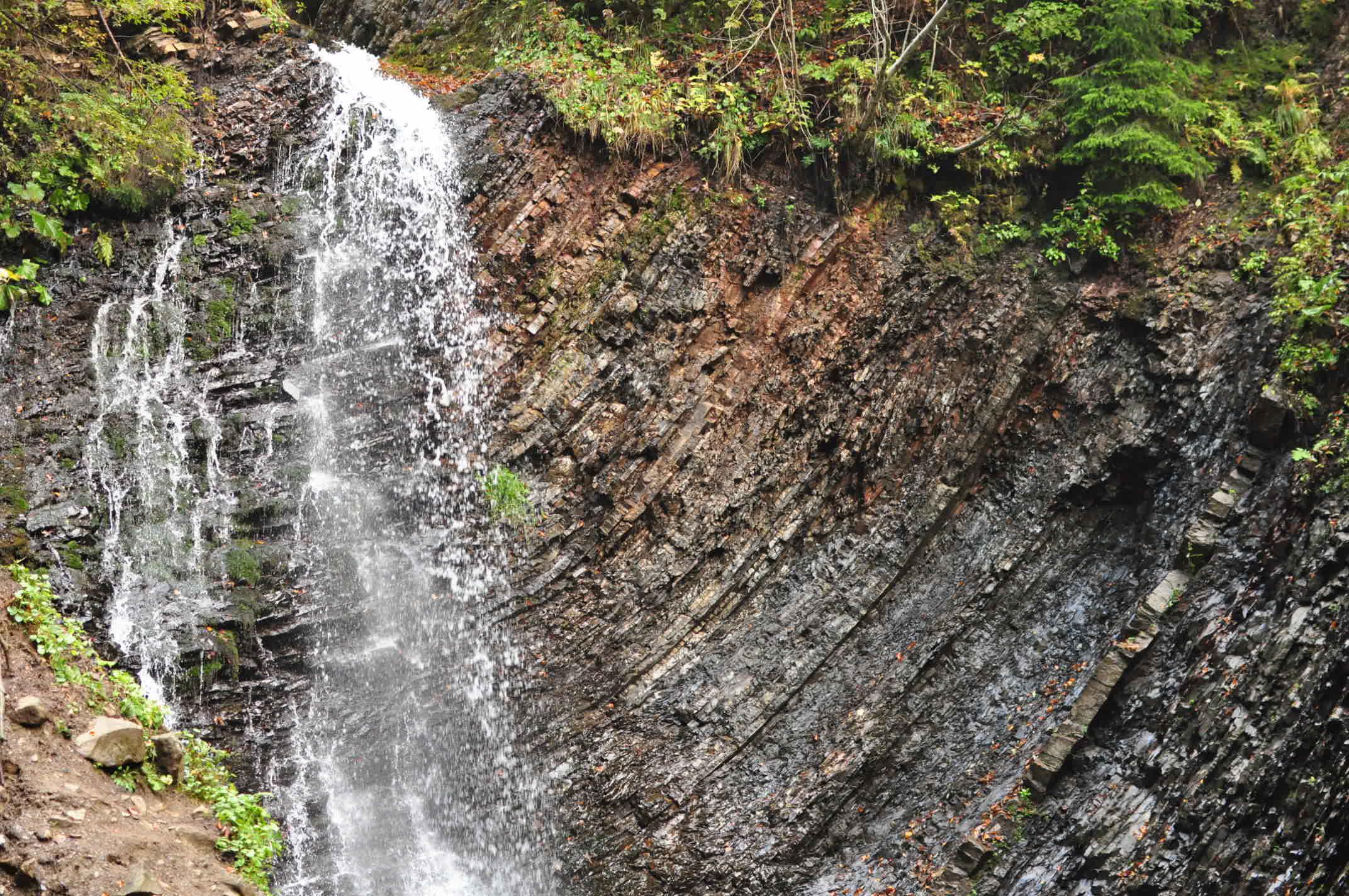 Відомий 15-метровий водоспад Женецький Гук (Татарів)