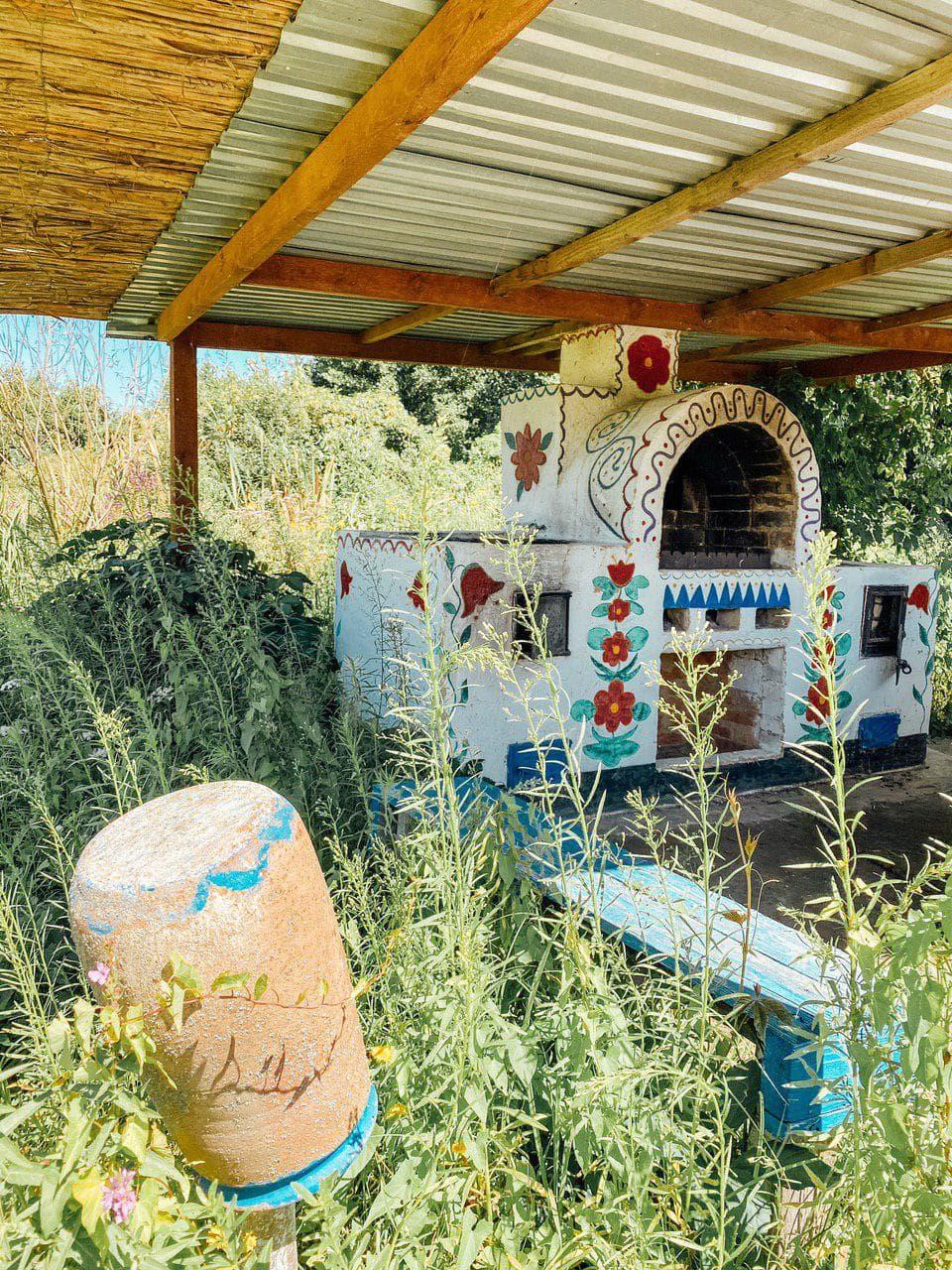 старинная печка в зеленых хуторах таврии.