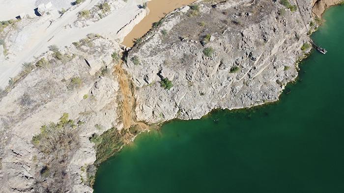 в Олександрівський гранітний кар'єр зливають промитий пісок