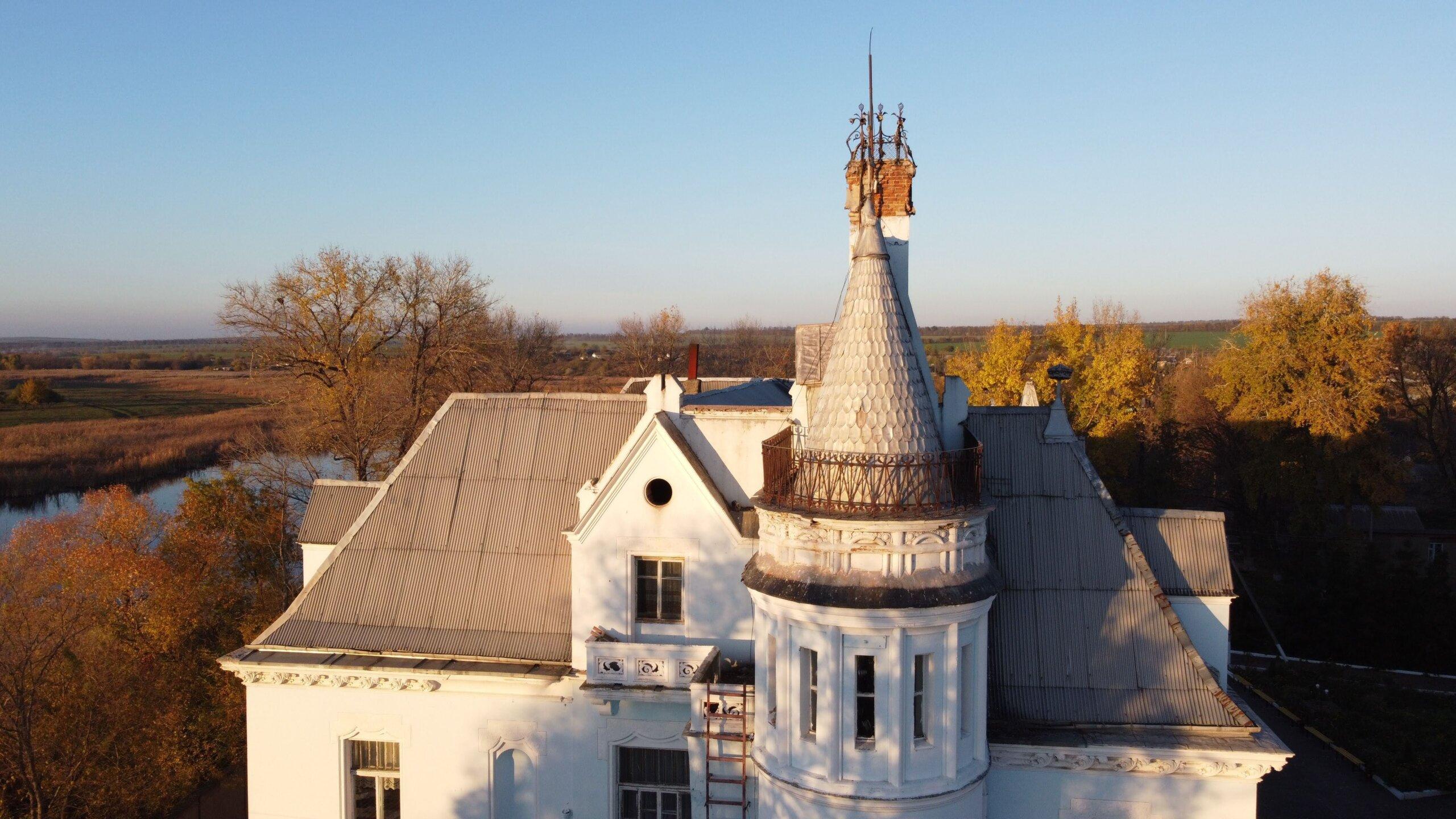 Садиба Курісів в Ісаєве - шато в французькому стилі