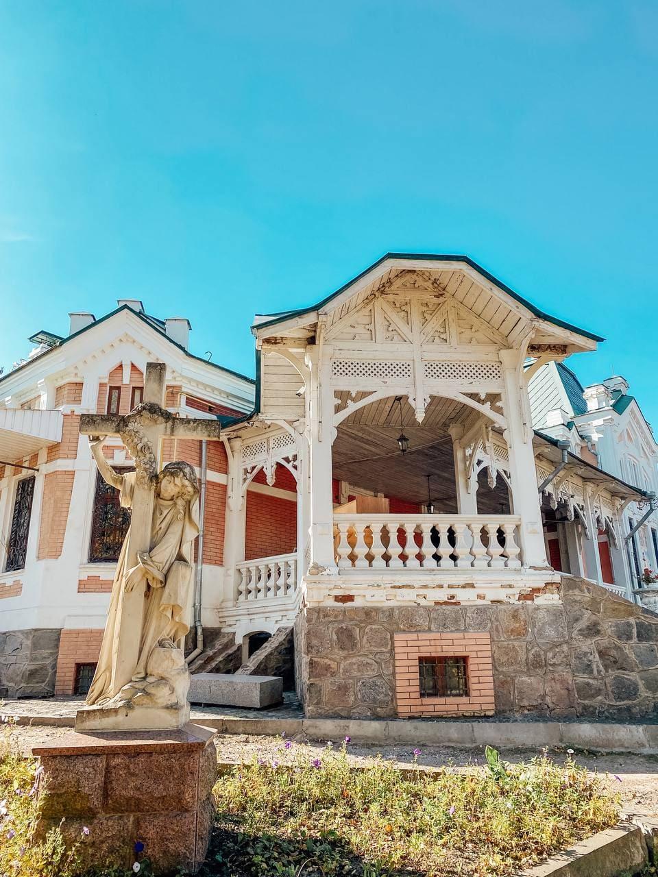 Садиба хорецьких оздобленна дерев'яними різбленнями.