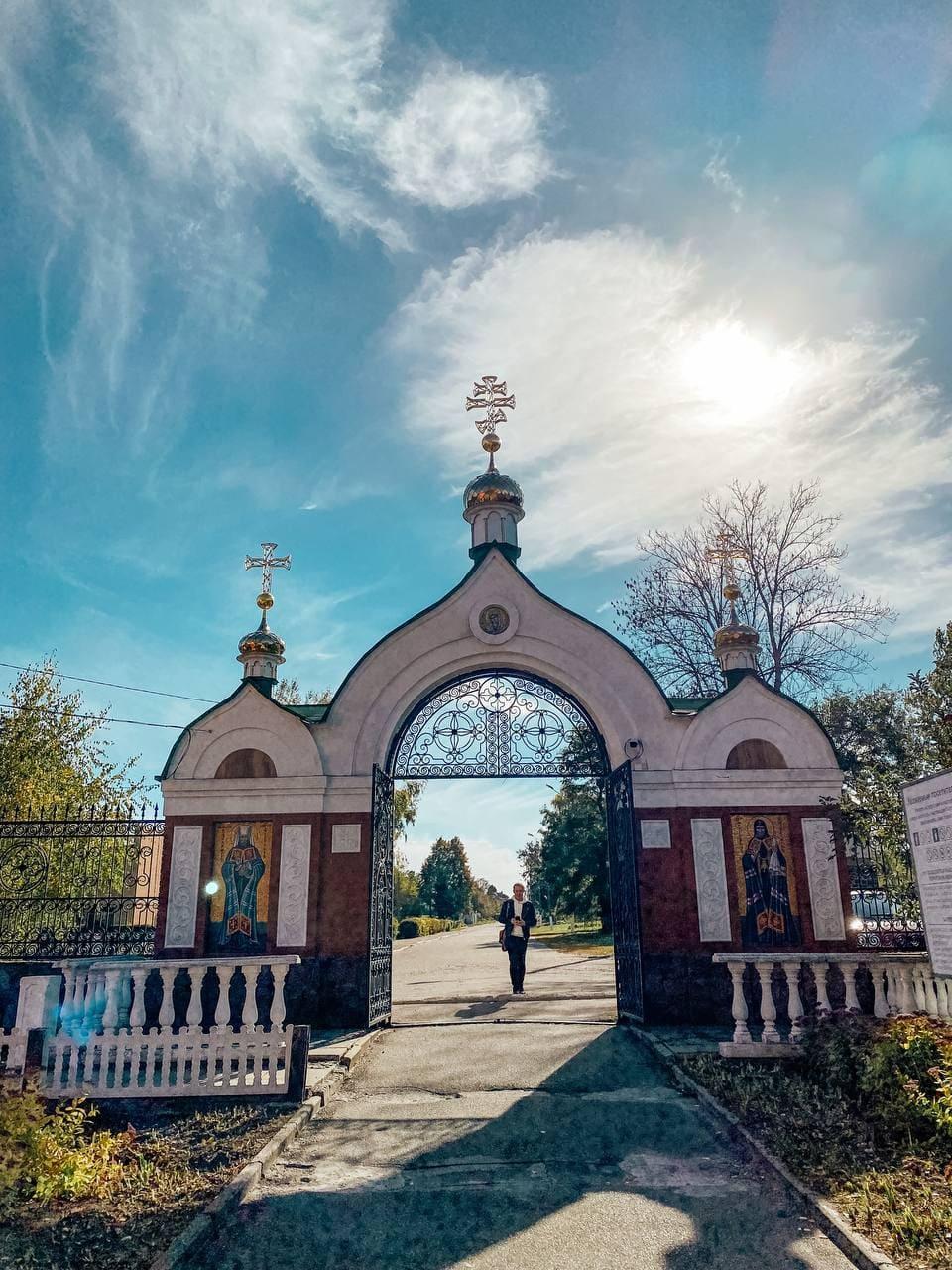 Вхідіні ворота в Свято-Богородичий Ризоположницький чоловічий монастир.